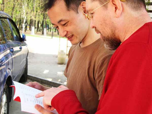 Сугишимо Тошио приехал из Токио преподавать в Рязань японский язык. Он говорит, что для него русская культура - это, прежде всего, русские кухня и литература. Обычно он читает классиков. Любит Чехова и Толстого. Русских книг о Го не видел. Книга Игоря Гришина оказалась первой такой книгой.